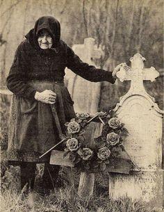Te voi privi de sus far-a ta știre, îți voi veni în vis să mai vorbim Vintage Photographs, Vintage Photos, Romania People, Victorian Goth, Folk Dance, Big Love, Memento Mori, Women In History, Old Photos