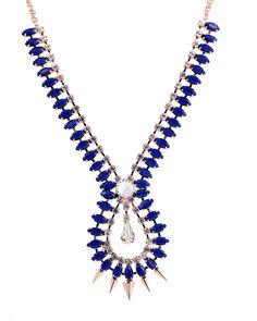 Maxi colar banhado a ouro com cristais em tons de azul e brancos.