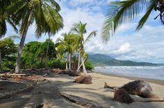 Playa Ballena at high tide. Uvita, Costa Rica....wij zaten ook hier en in hotel christal Ballena...fantastisch
