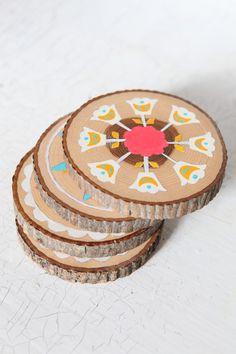 posa vasos de madera pintados a mano