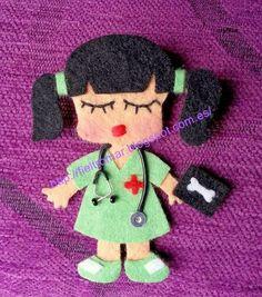Broche de fieltro enfermera2 Polymer Clay Crafts, Felt Crafts, Felt Dolls, Paper Dolls, Felt Bookmark, Felt Ornaments, Diy Doll, Felt Flowers, Softies