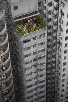 A roof garden in Hong Kong. photo by Christophe Jacrot Classification Des Arts, Christophe Jacrot, Level Design, Slums, Brutalist, Urban Landscape, Abandoned Places, Scenery, Around The Worlds