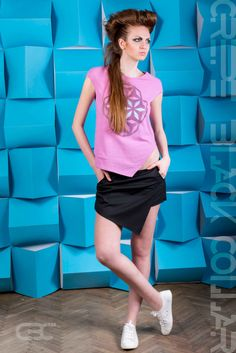 Asymmetric pink Tshirt with purple, blue and white geometric flowers. Asymmetric black shorts. Order via facebook, pm or e-mail. Geometric Flower, Black Shorts, Purple, Pink, Ballet Skirt, Pastel, Blue And White, Spring Summer, Sporty