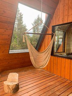 La Cabin - Un chalet design off-grid - Digital Nomadess Chalet Design, Great Hotel, Off The Grid, Outdoor Furniture, Outdoor Decor, Hammock, Cabin, Digital, Home Decor
