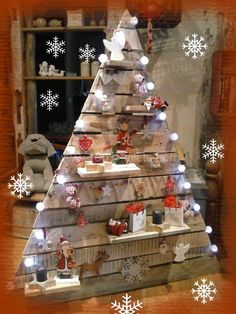 Sapin De Noël En Palettes / Pallets Christmas Trees Christmas tree made of recycled pallet wood, it's been two years that we manufacture our pine wood pallets, so it's two different trees. Pallet Tree, Pallet Christmas Tree, Christmas Tree Design, Rustic Christmas, Xmas Tree, Christmas Projects, Christmas Crafts, Pallet Wood, Wood Pallets
