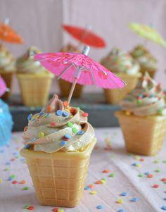 Bak je cupcakes eens in ijsbakjes. Zo is het net of je ijsjes uitdeelt terwijl het in werkelijkheid een cupcake met lekkere crème is.