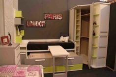 Detalle composición juvenil con detalles de complementos e interior armario rincón