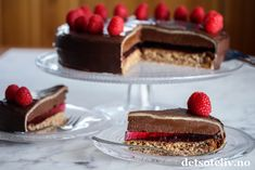 Hei dere! Jeg blogger i dag fra vakre Tromsø og vil gi dere oppskriften på en fantastisk festkake som dere bør prøve! Dette er en festkake som er inspirert av den populære Troika-sjokoladen. Kaken består av flere lag og tar litt tid å lage, men resultatet blir virkelig imponerende! Mandelbunn, mørk sjokolade, bringebærgelé, sjokoladetrøffelkrem, marsipan og sjokoladeglasur i kombinasjon gir en fantastisk god smak. Dette blir lett den mest populære kaken på kakebordet!