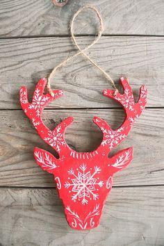 """Suspension cerf en bois, flocons de neige, décoration Noël/ sapin, style montagnard/ rustique/ scandinave/ savoyard, modèle """"Helmi"""" rouge"""