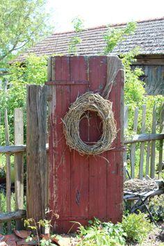 Alte Tür mit Kranz