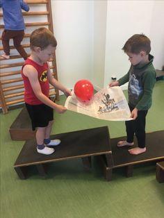 De kindjes moeten een parcours afleggen met een krant en daar een ballon op. Ze moeten over allemaal obstakels en de ballon mag niet vallen.
