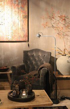 Fauteuil van Hoffz, kruiken en houten schaal van Hoffz, vloerlamp van Tierlantijn. Alles bij Days At Home in Oosterbeek. www.daysathome.nl