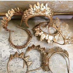 Gorgeous golden headdress for the bride // Unique on the .- Wunderschöne goldener Kopfschmuck für die Braut // Unique amazing golden brida… Gorgeous golden headdress for the bride // Unique amazing golden bridal headpieces - Fascinator Wedding, Bridal Headpieces, Hair Wedding, Fascinators, Diy Schmuck, Bijoux Diy, Tiaras And Crowns, Ring Verlobung, Headdress