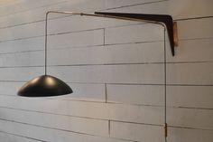 Applique pivotant en bois et laiton de Robert Mathieu, abat jour en métal laqué noir. France, 1950's. Hauteur reglable. Vendu