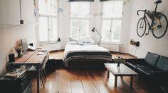 Altbau mit Stil: Wohnen im Erkerzimmer in Leipzig. Holzdielen, Bett im Erker, Fahrradaufhängung an der Wand. #Erker #WGZimmer #Leipzig