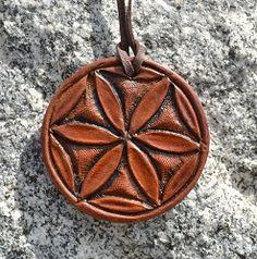 Rozeta ręcznie rzeźbiona w skórze - słowiański symbol solarny • Ezobazar