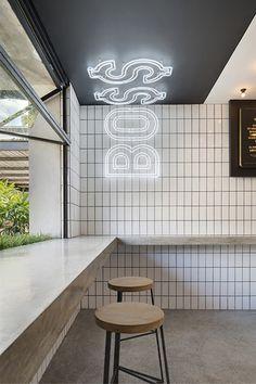 BO $$ MAN BURGER BAR  en Bali, diseñado por Travis Walton Architecture : un comedor elegante y vanguardista de estilo fresco.              ...