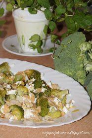 Przepyszna sałatka. Błyskawiczna w wykonaniu. Alternatywa dla publikowanych wcześniej brokułów z sosem czosnkowym . Lekki, a jednocześnie ...