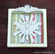 Quadro do Espírito Santo em Pátina Provençal, revestido com tecido importado, acabamento com fita metalizada, arabesco e Espírito Santo em resina.