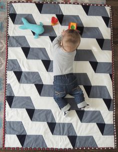 We rounded up 17 soft and cozy quilts that you can proudly put on your kids' beds. Monochromatic Quilt, Neutral Quilt, Grey Quilt, Quilt Baby, Quilting Projects, Quilting Designs, Chambray, Orange Quilt, Geometric Quilt