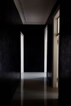 Black hallway - Angelika Taschen « the selby Interior Architecture, Interior And Exterior, Building Architecture, Black Hallway, The Dark Side, Corridor Lighting, Luxury Loft, Black Space, Tadelakt