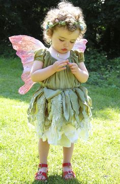Most incredible handmade tinker bell-inspired woodland fairy costume. Under dress, petal skirt, handmade wings! The entire thing has just blown my mind! Baby Fairy Costume, Woodland Fairy Costume, Faerie Costume, Baby Costumes, Halloween Costumes For Kids, Children Costumes, Halloween Halloween, Vintage Halloween, Halloween Makeup
