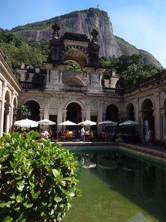 Café da manhã no Rio de Janeiro - Parque Lage (Foto: Esse Mundo É Nosso)  http://extra.globo.com/noticias/rio/verao/praia-do-secreto-cachoeira-mae-aproveite-as-ferias-em-pontos-pouco-conhecidos-do-rio-14857996.html  http://bemblogado.com.br/site/25-lugares-incriveis-rio-de-janeiro-para-ir-alem-das-praias/
