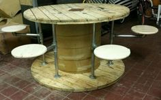 Mesa-de-carrete-de-cable-de-madera-rustica-con-heces