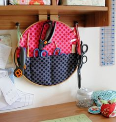 Embroidery Hoop Fabric Wall Pockets ~ this is a great idea ~ I can hang it on the hooks on my craft table & have the most used items right at my fingertips! Coin Couture, Sewing Hacks, Sewing Crafts, Sewing Projects, Sewing Kit, Embroidery Hoop Crafts, Sewing Room Organization, Organization Ideas, Storage Ideas