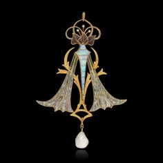G. FOUQUET - Pendentif feuillagé ajouré en or jaune partiellement serti d'opales ou diamants taillés en rose et émaux ajourés sur paillons. Il supporte une perle baroque en pampille. 1902
