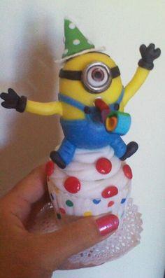 Minions y cupcake  realizado en porcelana fria