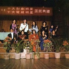 Looks like Bruce Lee is getting an Award. Rare Pictures, Rare Photos, History Of Hong Kong, Bruce Lee Family, Bruce Lee Photos, Mix Photo, Now And Then Movie, Martial Artist, Dragon