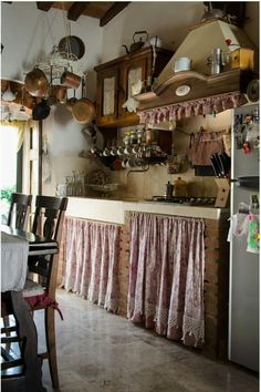 70 Incredible Tiny House Kitchen Decor Ideas - Page 46 of 70 English Cottage Kitchens, Country Kitchen Farmhouse, Rustic Kitchen, Vintage Kitchen, Kitchen Decor, Country Kitchen Curtains, Cottage Curtains, European Kitchens, Cottage Interiors