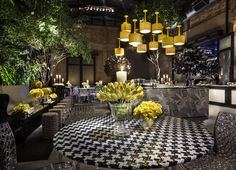 Black, white ans Yellow decoration for a 15 bday party, the chandelier is composed by upsidedown lamps, yellow flowers,black plants and a beautiful tree, #eventando