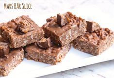 This no bake Mars Bar Slice is so easy to make with or without a Thermomix! Mars Bar Cake, Mars Bar Slice, Mint Cheesecake, Cheesecake Recipes, Almond Recipes, Bar Recipes, Frozen Pastry, Fridge Cake, Bread And Butter Pudding