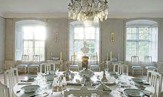 Familjen Sjöberg dukar till fest på 1700-talsbord med kinesiskt porslin från 1770- och 1780-talen. Ljuskronan är från mitten av 1700-talet och hängde på Ekolsunds slott då det ägdes av Gustav III.