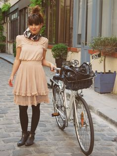 Cycling in style Cycle Chic, Bike Style, Style Me, Design Textile, Frock Fashion, Looks Street Style, Bicycle Girl, Textiles, Mode Vintage