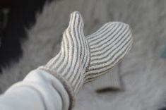 Kantapäitä ja karvapalloja: Pystyraitalapaset intialaisella peukalolla Shawl Patterns, Knitting Patterns, Knitting Ideas, Loom Knitting, Free Knitting, Knit Mittens, Knit Crochet, Handmade, Adidas