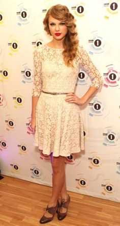 Taylor Swift. ♥ Such a pretty dress.