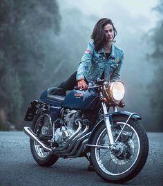 Trendy Bike And Babes Motorbikes Ideas Motorbike Girl, Cafe Racer Motorcycle, Cafe Bike, Chopper Motorcycle, Lady Biker, Biker Girl, Carros Lamborghini, Motos Vespa, Bike Photography