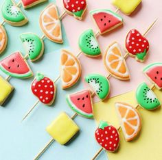 Looking to make a fun dessert for kids, teens and adults? These cute fruit kebab cookies are a creative way to make everyone happy! Tutti Frutti, Biscuits Aux Fruits, Cookies Et Biscuits, Baby Cookies, Heart Cookies, Valentine Cookies, Easter Cookies, Christmas Cookies, Tutti Fruity Party