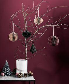 ☆ It's beginning to look a lot like Christmas ☆Langsam kehrt auch in den eigenen Vier Wänden Weihnachtsstimmung ein. Die Kerze Juletræ im Tannenlook ist ein Deko-Piece mit nordischem Flair. Kombiniert mit Tannenzapfen und geschmückten Zweigen sorgst Du für Christmas Vibes in Deinem Zuhause! // Weihnachten Dekoration Wohnzimmer Ideen Sideboard #WeihnachtsDekoration#Weihnachten#WohnzimmerIdeen