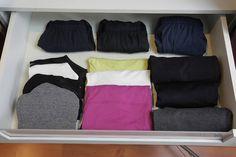 As roupas de ginástica devem ser organizadas em uma mesma gaveta, quando possível: acomode as calças enroladas e as demais peças, dobradas. Dependendo da quantidade e variedade de itens, você pode agrupá-los por cor, empilhados ou em cascata, como aparecem na foto os tops (à esq.) e as blusinhas (centro) I Fonte: Ingrid Lisboa, organizadora profissional