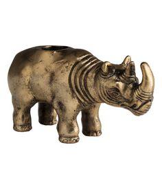 Goldfarben. Kerzenhalter aus Metall in Form eines Nashorns. Innendurchmesser der Kerzenhalterung 2,2 cm. Höhe ca. 7 cm.