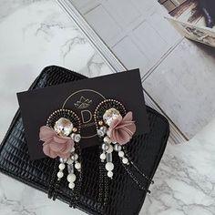 #earrings #earringsoftheday #handmadejewelry #handmade #flowers #jewelry #jewellery #jewelrydesigner #jewellerydesign #jewels #design #details #style #accessories #edtaccessories #stone #swarovski #swarovskicrystals #beads #pearl #magazine #flowers #fashion #fashionista #fashionblogger #elegant
