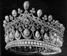 Romanov Pearl tiara of Empress Alex Romanova.  Although this appears to meet at the back and therefore more of a diadem, in the nearby portrait it's worn with a veil, suggesting it isn't completely circular