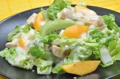 Delicious chicken salad with kiwi and peach. It includes a yogurt dressing Salade Healthy, Healthy Menu, Healthy Food Choices, Healthy Salads, Healthy Eating, Summer Salad Recipes, Summer Salads, Veggie Recipes, Healthy Recipes