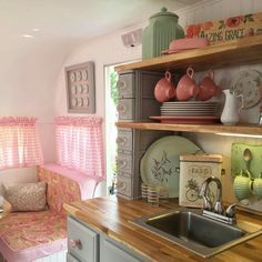30 Vintage RV Camper Makeover and Remodel Ideas www.vanchitecture… 30 Vintage RV Camper Makeover and Remodel Ideas www. Vintage Campers Trailers, Retro Campers, Vintage Caravans, Rv Campers, Camper Trailers, Happy Campers, Travel Trailers, Vintage Motorhome, Teardrop Campers