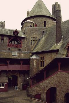 Castle Coch, Wales A gorgeous castle, though not of medieval origin. Couch Castle is a folly. Chateau Medieval, Medieval Castle, Palaces, Beautiful Castles, Beautiful Places, The Places Youll Go, Places To Go, Chateau Moyen Age, Photo D'architecture