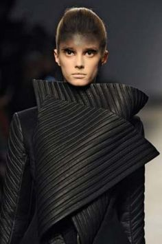 Sculptural Fashion - black leather jacket with graphic lines & curled lapels; futuristic fashion armour // Gareth Pugh A/W 2010 Fashion Show Makeup, 3d Fashion, Fashion Gallery, Fashion Black, Structured Fashion, Trendy Mens Fashion, Conceptual Fashion, Fashion Magazine Cover, Fashion Forecasting